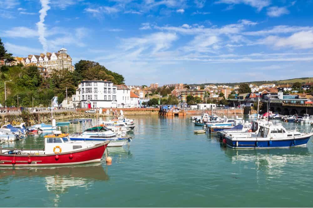 Zicht op de haven van Folkestone op een zonnige dag