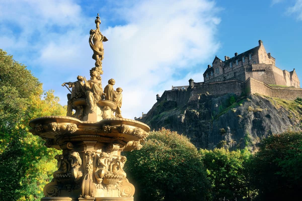 Ross fountain in Edinburgh met Edinburgh Castle op de achtergrond